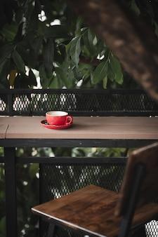 Heißer kaffee auf tabelle mit abstraktem gefühl