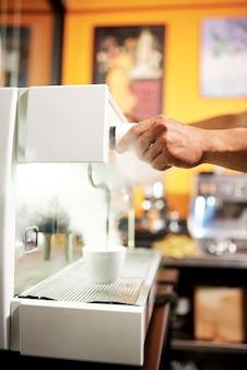 Heißer kaffee aus der kaffeemaschine