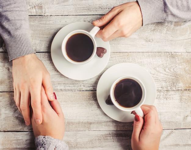 Heißer kaffee in den händen eines geliebten menschen.