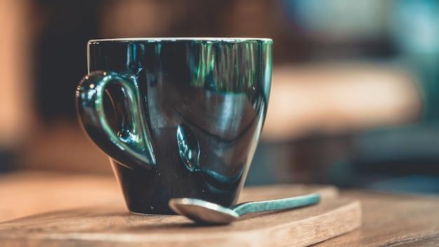 Heißer kaffee in der schwarzen schale