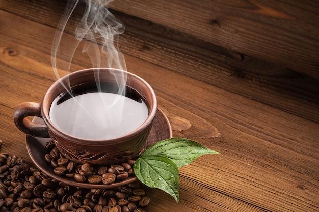 Heißer kaffee in einer lehmschale.