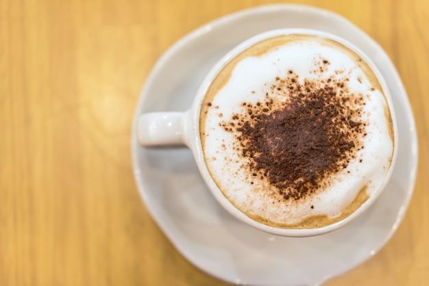 Heißer kaffee in weißer tasse