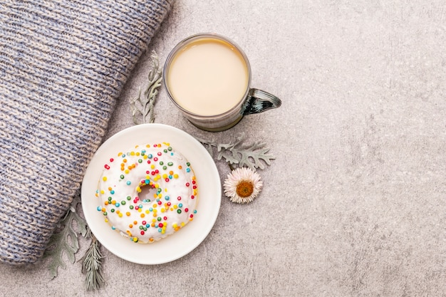 Heißer kaffee mit einem donut