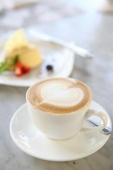 Heißer kaffee mit käsekuchen