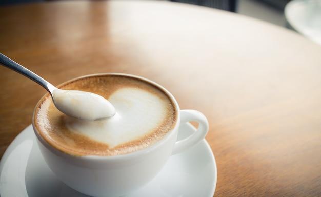 Heißer kaffee mit milchschaum
