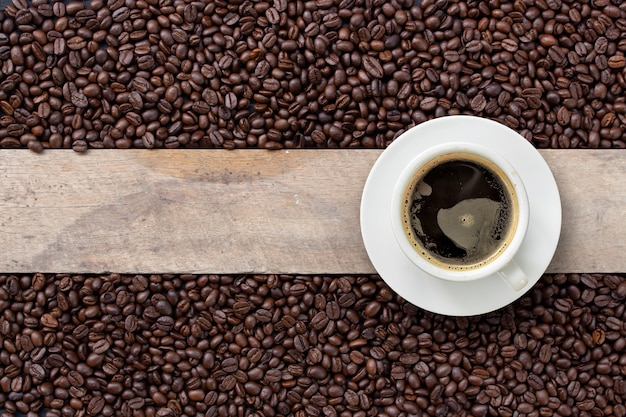 Heißer kaffee und bohne auf holz