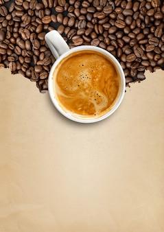 Heißer kaffee und kaffeebohnen