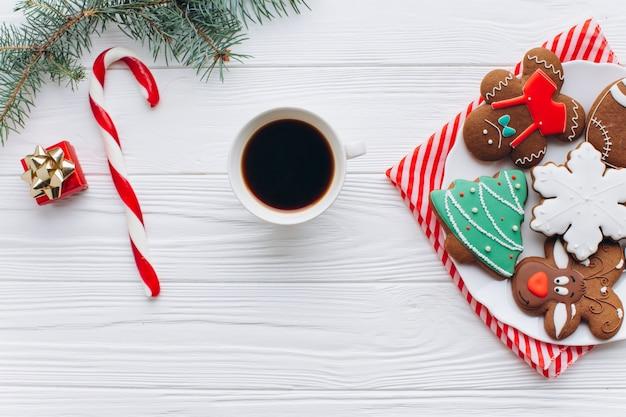 Heißer kaffee, zuckerstange mit weihnachtsdekorationen.