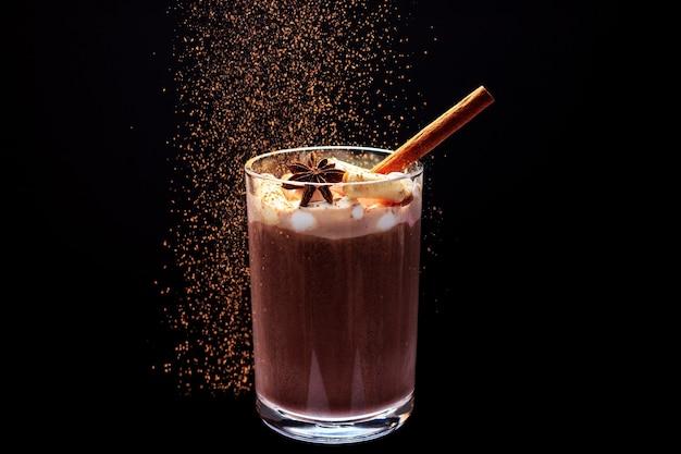 Heißer kakao im glas mit marshmallows anis und brownies auf dunklem hintergrund weihnachtsstimmung
