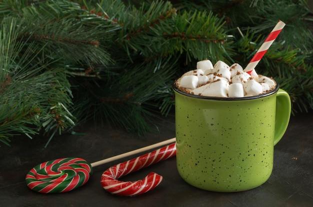 Heißer kakao mit eibisch in einer grünen schale