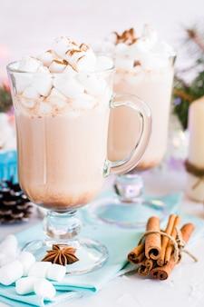 Heißer kakao mit eibisch und gemahlenem zimt in einem glas