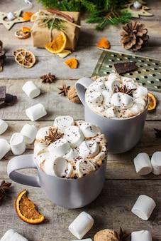 Heißer kakao mit marshmallows. weihnachten hintergrund getränke.