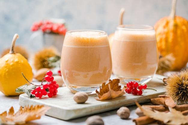 Heißer kürbisgewürzcocktail kürbis weißer russischer cocktail