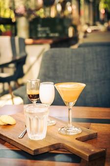 Heißer lattekaffee in der weißen schale auf tabelle im restaurant und im café