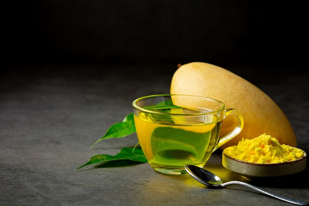 Heißer mango-tee auf dem tisch
