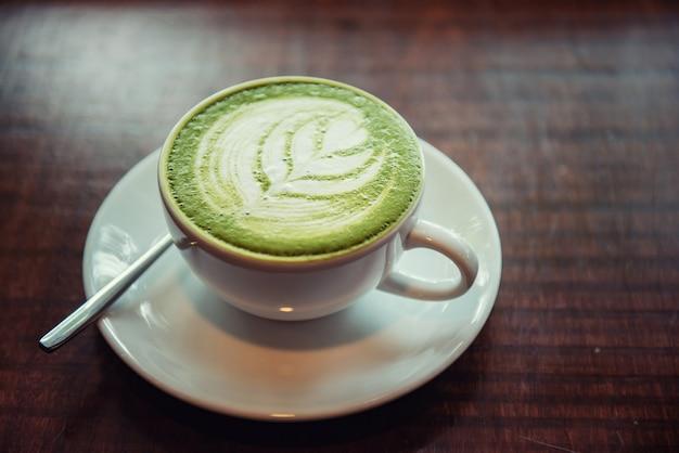 Heißer matcha grüner tee latte