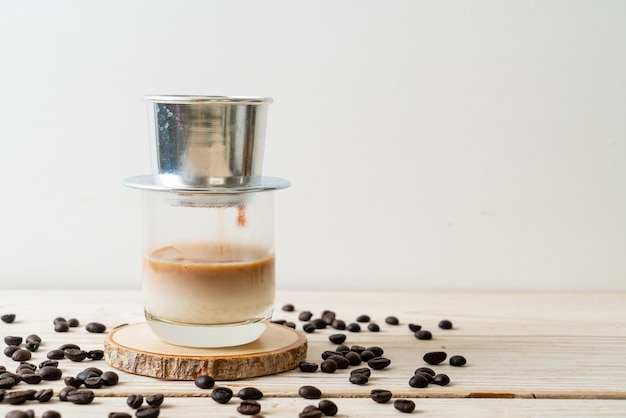 Heißer milchkaffee tropft im vietnamesischen stil - saigon oder vietnamesischer kaffee