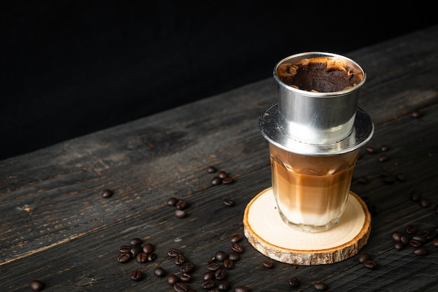 Heißer milchkaffee tropft nach vietnamesischer art - saigon oder vietnamesischer kaffee