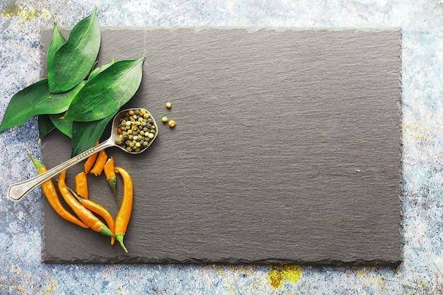Heißer orangenpfeffer. chilenischer pfeffer auf schwarzem hintergrund.