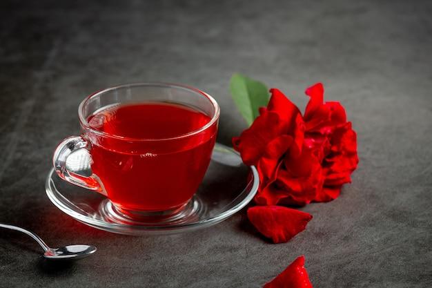 Heißer rosentee auf dem tisch
