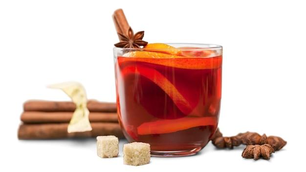 Heißer roter glühwein für winter und weihnachten mit orangenscheibe,