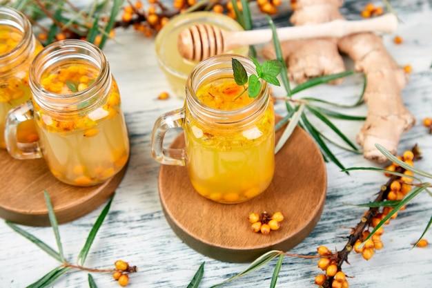 Heißer sanddorntee mit ingwer und honig
