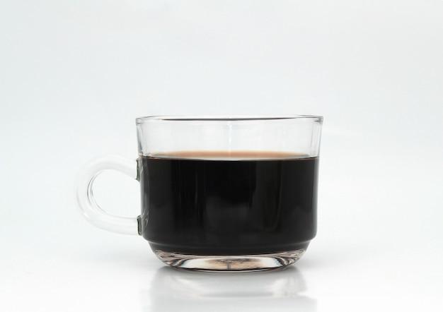 Heißer schwarzer kaffee in einer glaskaffeetasse
