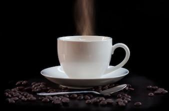 Heißer Tasse Kaffee im Weiß auf einem dunklen Hintergrund