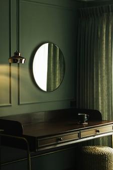 Heißer tee auf einem tisch in einem zimmer im vintage-stil