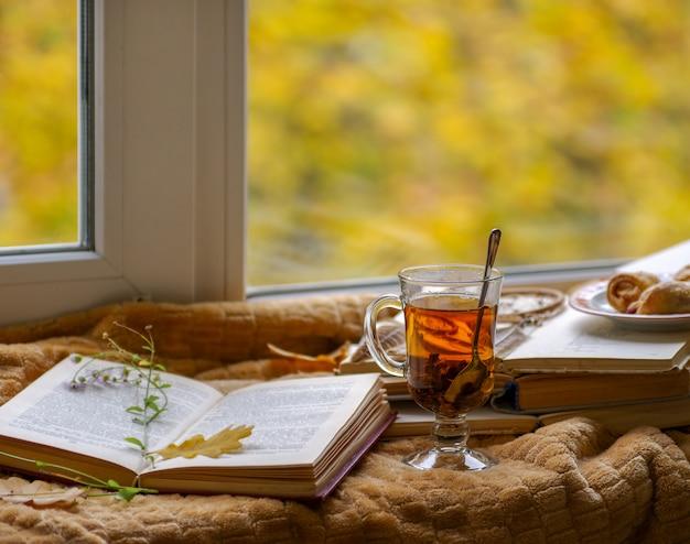 Heißer tee in der natur am fenster und im herbst.