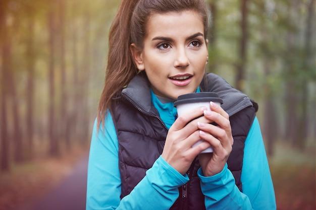 Heißer tee ist eine gute idee für gefrorene tage
