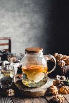 Heißer tee mit frischen grapefruitscheiben auf holz