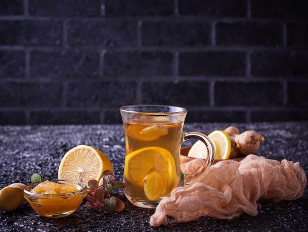 Heißer tee mit ingwer, zitrone, minze und honig