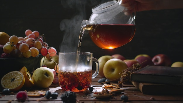 Heißer tee mit kräutern und beeren zu hause
