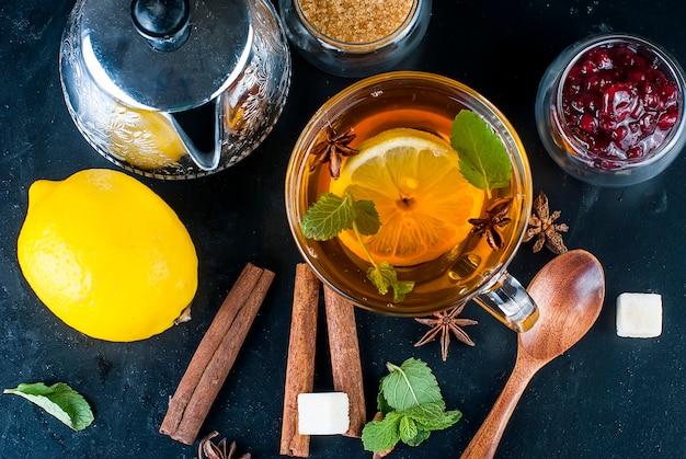 Heißer tee mit minze, zitrone, minze und himbeermarmelade