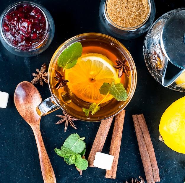 Heißer tee mit minze, zitrone und himbeermarmelade