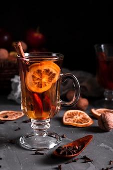 Heißer tee mit zimt und nelken