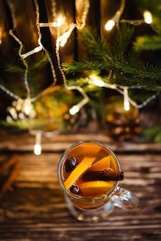 Heißer tee mit zimt und orangen