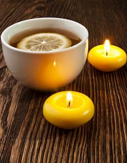 Heißer tee mit zitrone und kerze