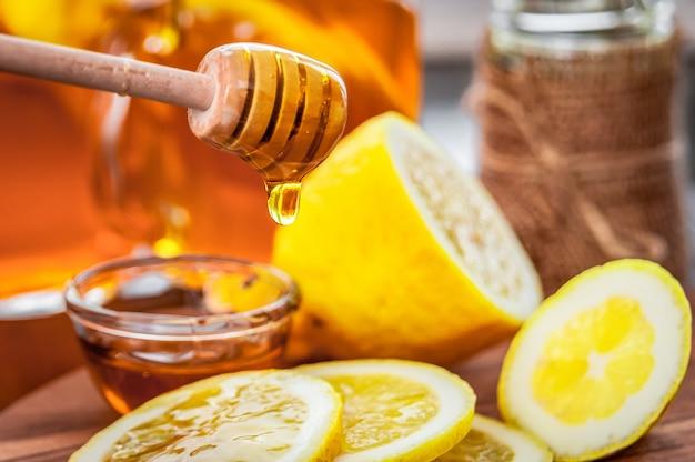 Heißer tee mit zitrone und natürlichem honig, ein guter genuss für vitamine und eine starke immunität.