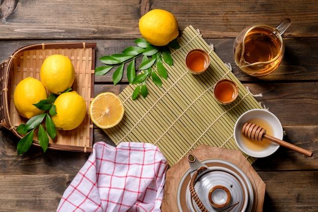 Heißer tee mit zitrone und naturhonig