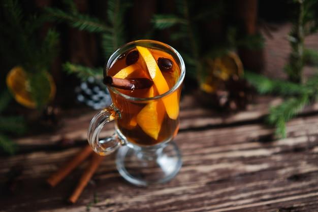 Heißer tee und orangenfrucht auf holztisch