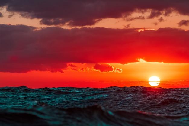 Heißer und romantischer sonnenuntergang über der ostsee. ruhige landschaft