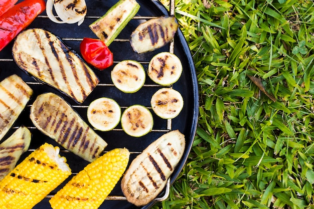 Heißes gemüse auf grill draußen