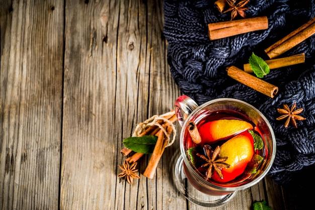 Heißes getränk des klassischen winterherbstes, glühweincocktail mit gewürzen