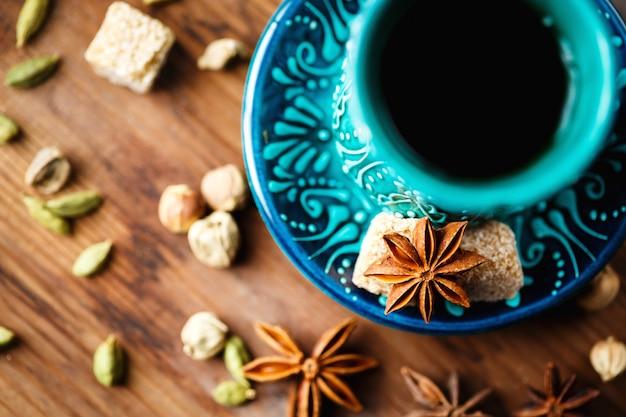 Heißes getränk mit gewürzen in authentischer tasse
