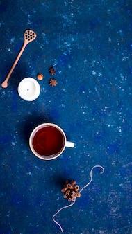 Heißes herbstgetränk auf einem dunkelblauen