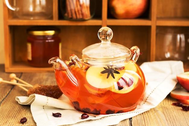 Heißes herbstgetränk mit äpfeln, zimt und trockener moosbeere