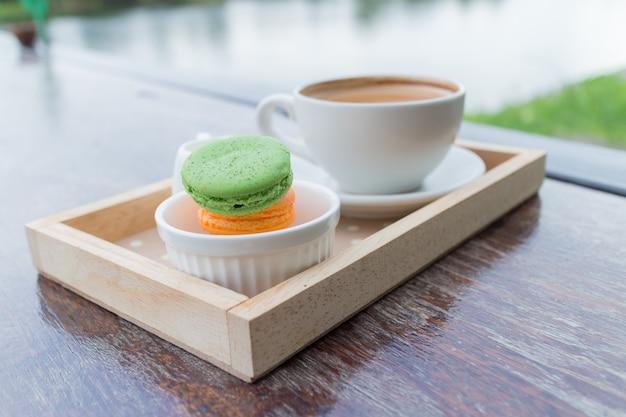 Heißes kaffeefrühstück stellte mit frischer makrone bäckerei-hauscafé im im freien ein