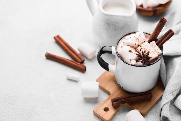 Heißes marshmallow-getränk auf holzbrett
